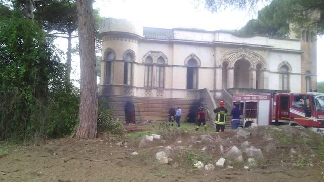 Galatina incendio negli scantinati di villa bardoscia su for Costruzione scantinato di scantinati